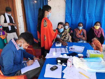हर महीने पहाड़ों पर जाकर सैकड़ों लोगों का मुफ्त इलाज करते हैं डॉ एसडी जोशी