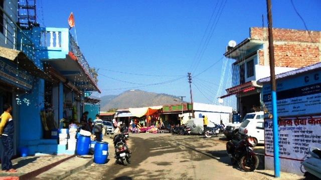 ग्रामीण कस्बों में भी लोग अपने भवनों व व्यावसायिक प्रतिष्ठानों सुसज्जित कर रहे हैं