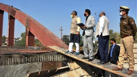 मुख्यमंत्री ने नारसन से रूड़की के मध्य राष्ट्रीय राजमार्ग एवं रूड़की बाईपास पर चल रहे निर्माण कार्यों का निरीक्षण किया