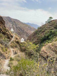 Qweeli Garh, यहां सरु का ताल स्थित है