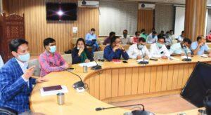 मेलाधिकारी दीपक रावत ने मेंला नियंत्रण भवन के सभागार में कुंभ कार्योँ की अधिकारियों के साथ समीक्षा बैठक की