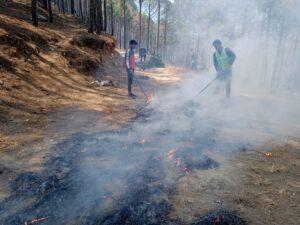 नैलबागी रेंज में आग बुझाते फ़ायर टीम वर्कर्स