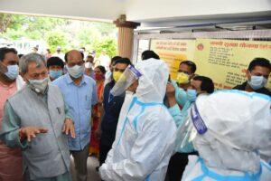 मुख्यमंत्री ने फोन से अस्पताल में भर्ती कोरोना मरीजों से बात कर उनका हालचाल पूछा