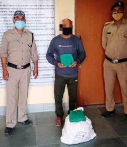 हैलो टिहरी: कोविड नियमों का उल्लंघन कर 75 पव्वे अवैध अंग्रेजी शराब सहित एक व्यक्ति गिरफ्तार