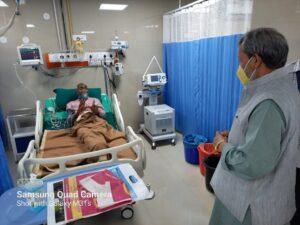 मुख्यमंत्री श्री तीरथ सिंह रावत ने पीपीई किट पहन कर कोविड सेंटर में भर्ती मरीजों से बातचीत भी की।
