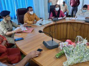 टिहरी दौरे पर आपदा प्रबंधन मंत्री डॉ० धन सिंह ने की जनपद मानसून तैयारी समीक्षा स्वास्थ्य विभाग 100 बैड का कोविड केयर सेंटर केवल बच्चों  हेतु रखे तैयार बच्चे के बैड के साथ माँ के लिए भी एक बैड की सुविधा हो सुनिश्चित सभी लाइन डिपार्टमेंट अधिकारियों को दिए निर्देश लोनिवि व पीएमजीएसवाई मानव संसाधन व मशीनरी को अलर्ट मोड़ पर रखे गोदामों में राशन का पर्याप्त स्टॉक व राशन कार्डों को ऑनलाइन करने के निर्देश दूरस्थ गांवों को दें सेटलाइट फोन, कॉल का समस्त व्यय सरकार करेगी वहन क्षतिग्रस्त मोटर मार्गो पर यातायात की हो त्वरित बहाली