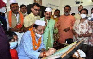 मुख्यमंत्री ने सचिवालय में पूजा अर्चना कर कार्य का शुभारंभ करके विभिन्न अनुभागों का किया निरीक्षण