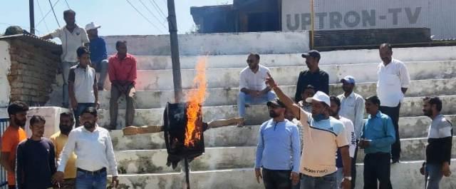 टिहरी में कांग्रेस जनों ने फूंका दुष्यंत कुमार का पुतला