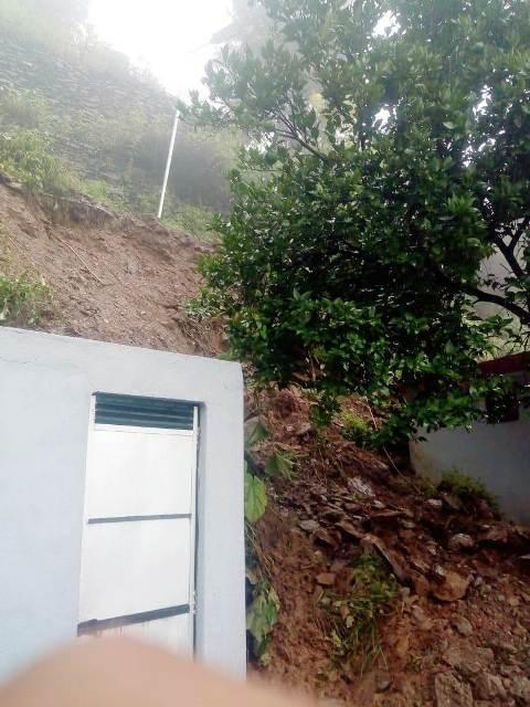 जयकोट में भूस्खलन से खतरे की जद में शौचालय समेत आवासीय भवन