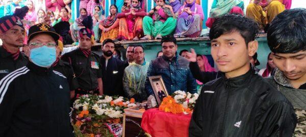 आतंकी मुठभेड़ में शहीद सूबेदार अजय रौतेला पञ्चतत्व में विलीन, सैन्य सम्मान के साथ ऋषिकेश पूर्णानंद घाट पर अंत्येष्टि